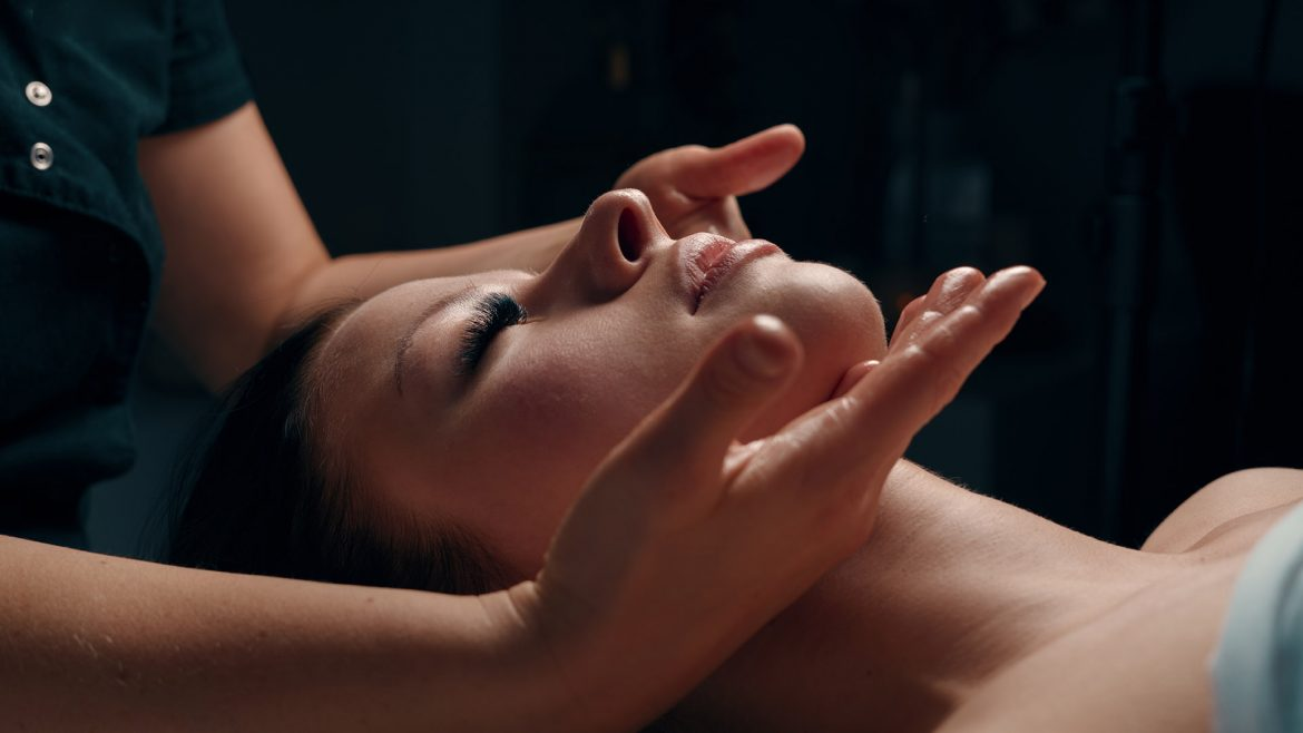 Picture from massage salon in Oslo showing client during Face modeling treatment in Asi Pure Spa